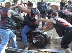 proever at bestige trae med motorcykel