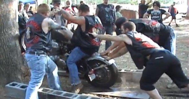 Prøver at bestige træ på Honda motorcykel – Video