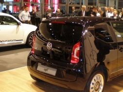 Anders Breinholt viser den nye VW up!
