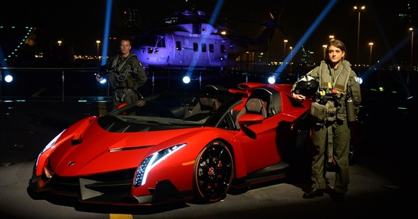 Lamborghini introducerer Veneno Roadster på hangarskib