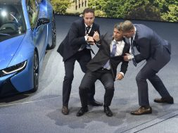 BMW CEO besvimer