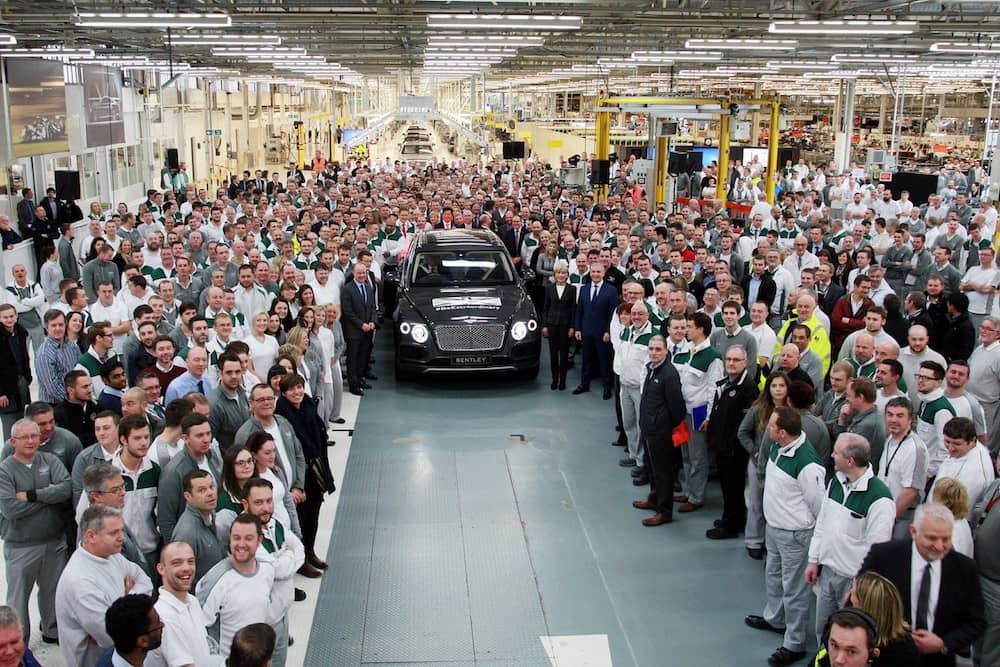 Den første Bentley Bentayga er netop rullet af samlebåndet
