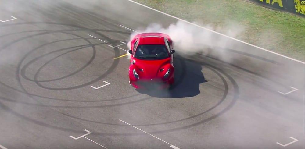 Se F1-stjerne lave donuts i Ferrari F12tdf!