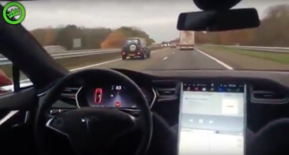 Idioti: Hollænder prøver Teslas autopilot fra bagsædet!